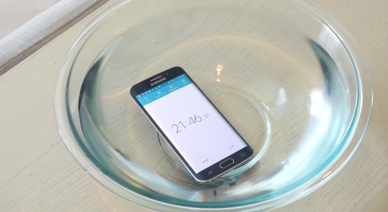 without-waterproof-but-samsung-galaxy-s6-edge-can-stay-in-water-more-than-20-mins-01
