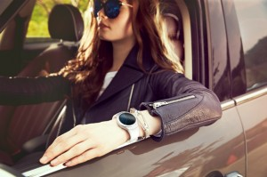samsung-gear-s2-with-model-in-car-01-img-top