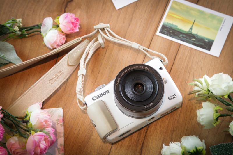 canon-eos-m10-white-lifestyle-01