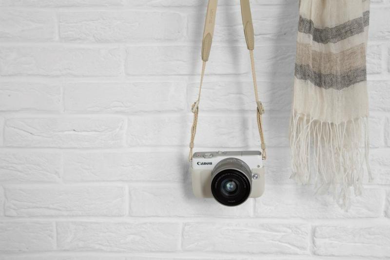 canon-eos-m10-white-lifestyle-wall-01